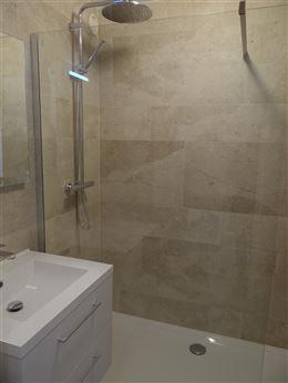 TE HUUR OP JAARBASIS - centraal gelegen - frontaal zeezicht - ingerichte keuken met frigo, oven, micro-oven en elektrisch fornuis - ingerichte badkame...
