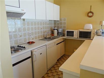 A LOUER A L'ANNEE - meublé - appartement sur le coin avec vue sur mer - living - cuisine équipée - salle de bain équipée - 2 chambres à coucher ...