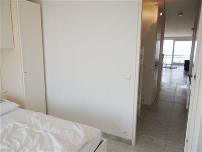 A LOUER A L'ANNEE - appartement modern au 8eme étage avec vue frontale sur mer - cuisine équipée d'un frigo, lave-vaisselle, four à micro-ondes et...