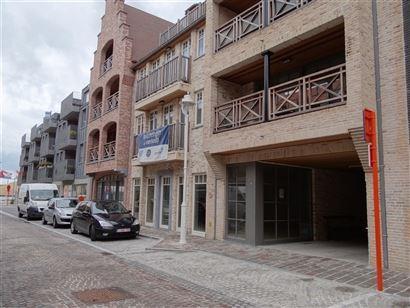 Res. Neptunus - Commercieel gelegen handelspand in zijstraat van de Kaai te Nieuwpoort-Stad Winkelruimte van 130m² - Kelderruimte van 41m² - Vuilni...