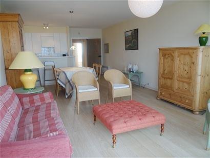 TE HUUR OP JAARBASIS - ruim en klaar appartement met zeezicht - ingerichte keuken - 2 slaapkamers waarvan 1 met douche - badkamer met ligbad, toilet e...