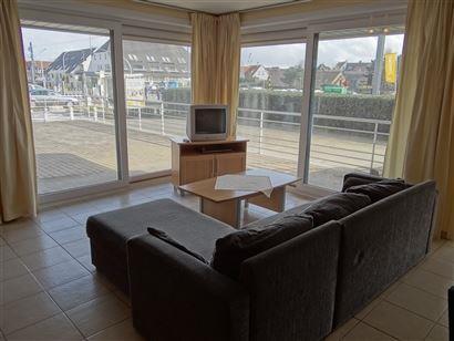 LOCATION A L'ANNEE - appartement au rez-de-chaussée avec 2 grandes terrasses - cuisine équipée d'une cuisinière électrique, frigo, four à micro-...