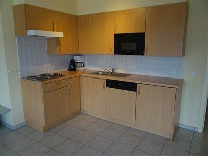 TE HUUR OP JAARBASIS - gelijkvloers appartement met 2 grote terrassen - volledig ingerichte keuken met elektrisch fornuis, frigo met vriesvak, micro-o...
