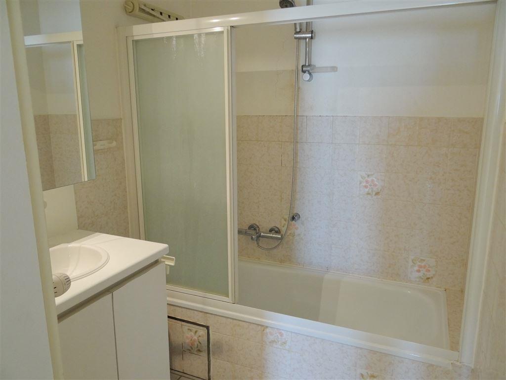 TE HUUR OP JAARBASIS - gemeubeld - hoekappartement met zeezicht - living - ingerichte keuken - ingerichte badkamer - 2 slaapkamers - binnenstaanplaats...